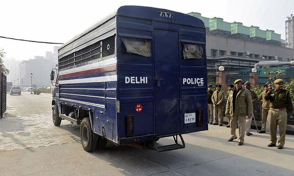 In diesem Polizeibus wurden die Angeklagten zur Übergabe der Anklage geführt, wird vermutet. / Bild: (c) REUTERS (STRINGER INDIA)