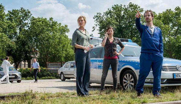 Die Kommissare Peter Faber (Jörg Hartmann, r), Nora Dalay (Aylin Tezel, M) und Martina Bönisch (Anna Schudt, 3.v.r) ermitteln. / Bild: (c) WDR/Wolfgang Ennenbach