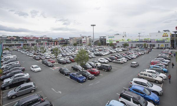 Der Parkplatz der Shoppingcity dürfte auch 2017 noch belebt sein. Die Schließung wurde vorerst abgewendet.  / Bild: (c) APA/ERWIN SCHERIAU