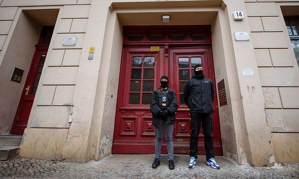 Deutsche Polizisten vor dem Berliner Moschee-Verein. / Bild: APA/dpa/Gregor Fischer