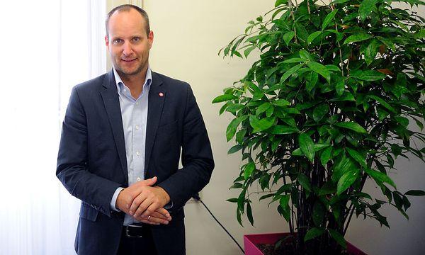 Neos-Parteichef Strolz ist nicht ganz zufrieden mit der Entscheidung seiner Partei, Cannabis legalisieren zu wollen. / Bild: (c) Die Presse