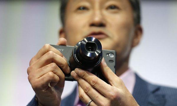 Sony zeigt sein Z1 mit dem Kamera-Aufsatz. / Bild: (c) REUTERS/FABRIZIO BENSCH