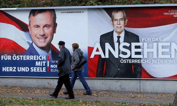 People pass presidential election campaign posters of Hofer and Van der Bellen in Vienna / Bild: REUTERS