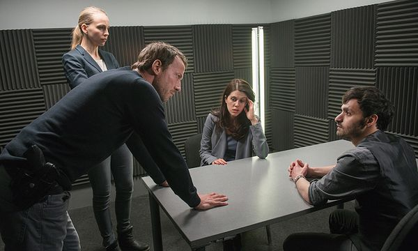 Falke (Wotan Wilke Möhring,l.), Lorenz (Petra Schmidt-Schaller), Raja (Daniela Golpashin), Cornelius (Alireza Bayram) / Bild: (c) ORF (Christine Schroeder)