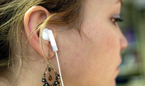 Mädchen hört Musik / Bild: Clemens Fabry