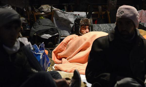 Etwas mehr als 40 Flüchtlinge harren in der eiskalten Votivkirche aus. / Bild: (c) APA/HERBERT NEUBAUER (HERBERT NEUBAUER)
