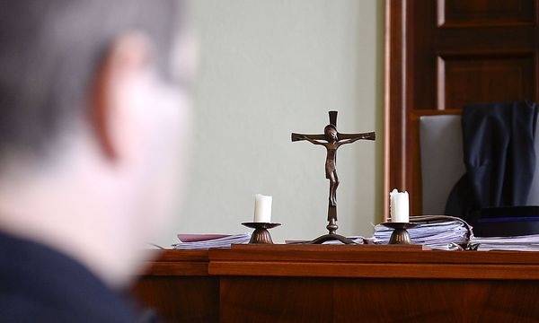 Archivbil. Kreuze sind im Gerichtssaal noch präsent. / Bild: (c) APA/HERBERT NEUBAUER (HERBERT NEUBAUER)