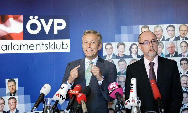PK ´NEOS-ÖVP-Klubchef Reinhold Lopatka (l.) begrüßt seinen Neuzugang: Christoph Vavrik von den Neos.VAVRIK WECHSELT ZUR �VP´: LOPATKA / VAVRIK / Bild: (c) APA/GEORG HOCHMUTH