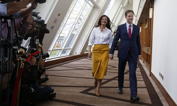 Liebe über den Kanal hinweg: Clegg und seine aus Spanien stammende Gattin, Miriam González Durántez. / Bild: (c) REUTERS  Russell Cheyne / Reuters)