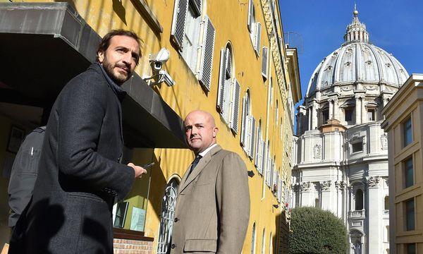 Die Journalisten Gianluigi Nuzzi (r.) und Emiliano Fittipaldi am ersten Tag der Gerichtsverhandlung.   / Bild: (c) APA/EPA/ETTORE FERRARI (ETTORE FERRARI)