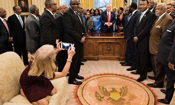 Kellyanne Conway macht ein Foto. / Bild: (c) AFP (Brendan Smialowski)