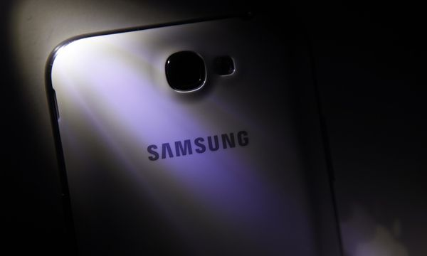 A logo of Apple Inc is reflected next to a Samsung Galaxy Note II smartphone in this photo illustration taken in Beijing / Bild: (c) REUTERS (© Barry Huang / Reuters)