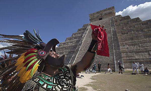 Ein Mann im Kostüm eines aztekischen Kriegers tanzt vor der Kukulkan-Pyramide im mexikanischen Chichen Itza / Bild: REUTERS