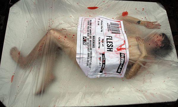Eine Protestaktion der PETA in Großbritannien / Bild: (c) AP (KIRSTY WIGGLESWORTH)