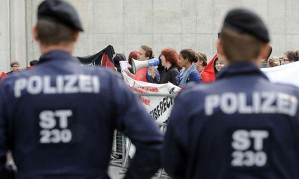 Mini-Demo gegen freiheitlichen Parteitag / Bild: Demo vor der Grazer Stadthalle (c) APA (Hans Klaus Techt)