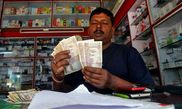 Nur noch kleinere Geldscheine behielten in Indien ihre Gültigkeit. / Bild: (c) REUTERS (JAYANTA DEY)