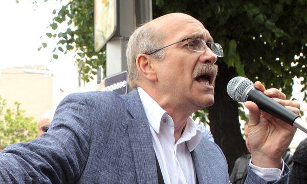 Gerhard Ruiss bei einer Kundgebung 2010 / Bild: (c) APA/GEORG HOCHMUTH (GEORG HOCHMUTH)