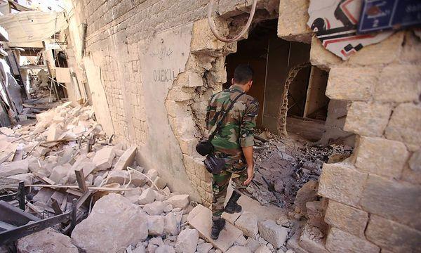 Archivbild: Ein Regierungssoldat am Freitag im historischen Zentrum von Aleppo / Bild: APA/AFP/YOUSSEF KARWASHAN