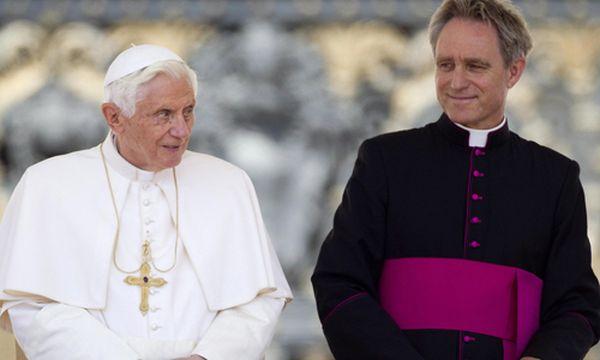 Papst Benedikt XVI. und sein Privatsekretär Georg Gänswein bei der Generalaudienz am Mittwoch in Rom. / Bild: (c) EPA (CLAUDIO PERI)