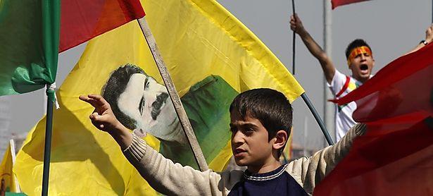 Demonstranten mit der Flagge von Abdullah Öcalan / Bild: REUTERS