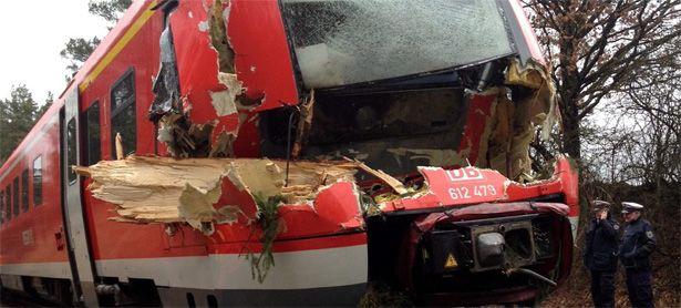 Deutschland: Ein umgestürzter Baum zerstört einen Zug. / Bild: (c) EPA (Klaus Altmann-Dangelat)