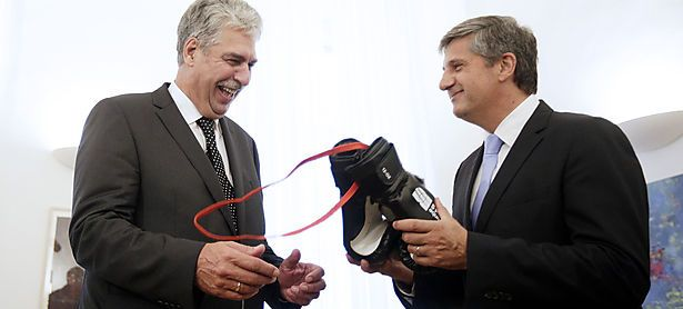 Die Berechnungen seines Vorgängers treten nicht ein: Finanminister Hansjörg Schelling wird die Boxhandschuhe von Michael Spindelegger brauchen. (Archivbild von der Amtsübergabe im Dezember 2014) / Bild: (c) APA/GEORG HOCHMUTH