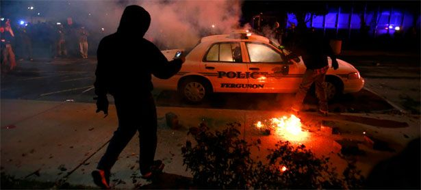 Demonstranten setzen ein Polizeiauto in Brand. / Bild: (c) Reuters (Adrees Latif)