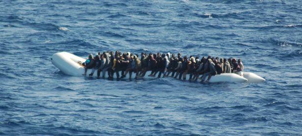 Flüchtlinge beim Versuch, das Mittelmeer zu überwinden  / Bild: (c) APA/AFP/MARINA MILITARE (HO)