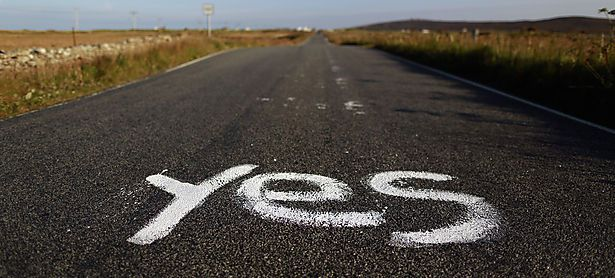 Graffiti supporting the ´Yes´ campaign is painted on a road in North Uist in the Outer Hebrides / Bild: (c) REUTERS (� Cathal McNaughton / Reuters)