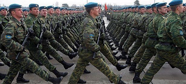 Russische Soldaten üben für eine Truppenparade / Bild: EPA