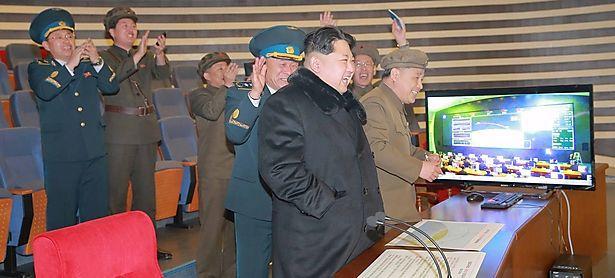 Kim Jong-un und hochrangiges Militär bejubeln den Langstreckentest einer Rakete in Nordkorea. / Bild: (c) REUTERS