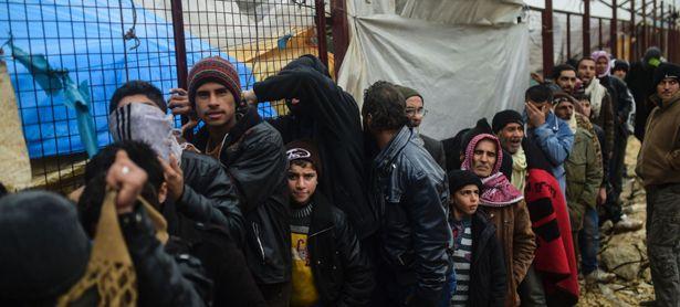 Menschenschlange vor dem Flüchtlingslager Bab-Al Salam nahe der nordsyrischen Stadt Asas /
