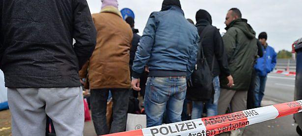 Flüchtlingsstau an der deutsch-österreichischen Grenze bei Freilassing. / Bild: APA/EPA/BARBARA GINDL