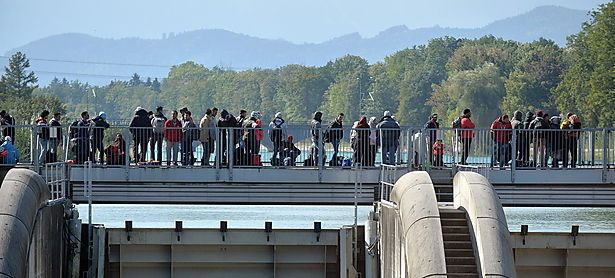 Flüchtlingsstau an der deutsch-österreichischen Grenze bei Freilassing. / Bild: (c) APA/EPA/BARBARA GINDL