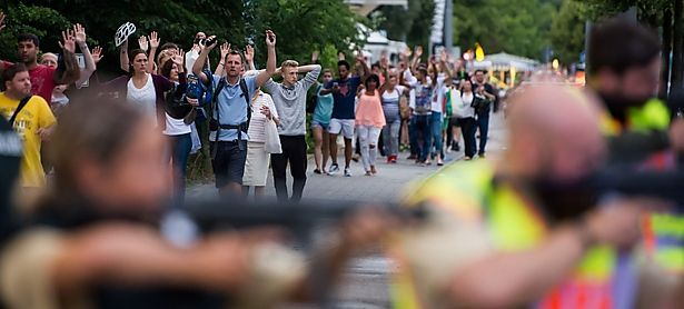 Polizisten bringen Menschen in der Innenstadt in Sicherheit / Bild: APA/AFP/STR