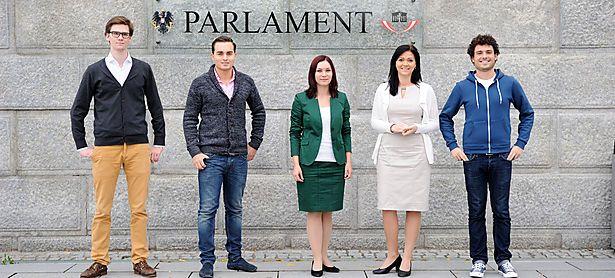 Drei Nationalratsabgeordnete, ein Bezirksparteiobmann und ein künftiger Jugendorganisationschef. Von links nach rechts: Douglas Hoyos (Neos), Maximilian Krauss (FPÖ), Eva-Maria Himmelbauer (ÖVP), Daniela Holzinger (SPÖ), Julian Schmid (Grüne). / Bild: Die Presse