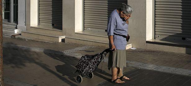 Vor geschlossenen Rollläden in Athen: Die Banken blieben am Montag in ganz Griechenland geschlossen. / Bild: (c) REUTERS (ALKIS KONSTANTINIDIS)