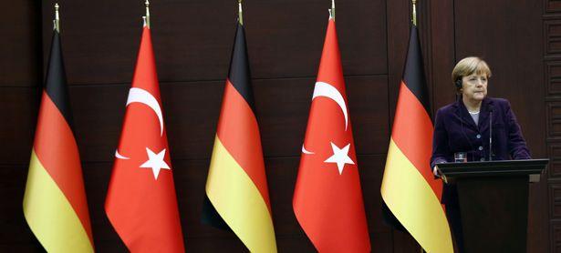 """Merkel verspricht  der Türkei die direkte Aufnahme von Flüchtlingen: """"Es gibt eine Gruppe von EU-Ländern, die auf diesem Gebiet freiwillig die ersten Schritte tun werden.""""  / Bild: (c) APA/AFP/ADEM ALTAN"""