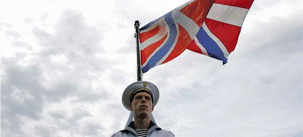 Mit dem Flugzeugträger Admiral Kusnezow an der Spitze einer Flotte, die im Eismeerhafen Seweromorsk stationiert war, zeigt Russland demnächst an der syrischen Küste Flagge. / Bild: (c) Reuters