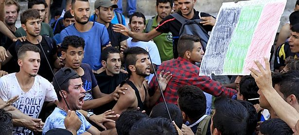 Flüchtlinge demonstrierten für ihre Weiterreise. / Bild: REUTERS