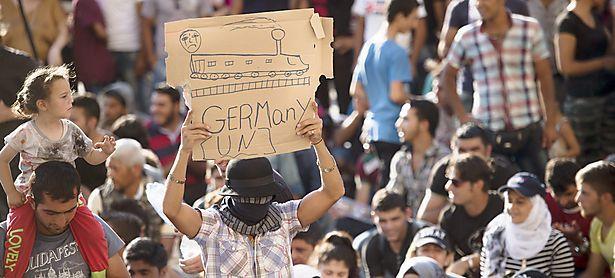 Flüchtlinge demonstrierten für ihre Weiterreise. / Bild: APA/EPA/SZILARD KOSZTICSAK