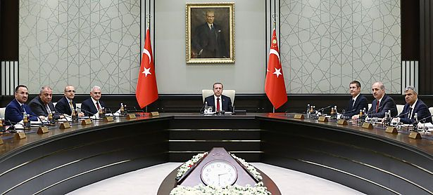 Die türkische Regierung - Kabinettssitzungen werden seit Neuestem von Präsident Erdogan (Mitte) geleitet - droht der EU offen. / Bild: (c) REUTERS (HANDOUT)