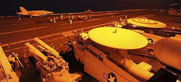 Ein F/A-18C Hornet-Kampfjet bereitet sich auf dem US-Flugzeugträger USS George H.W. Bush für den Angriff auf IS-Ziele vor. / Bild: (c) REUTERS (US NAVY)