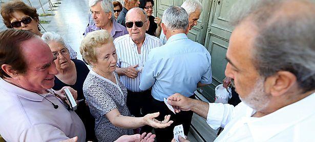 Vor einer Bank in Athen werden Nummern ausgeteilt. / Bild: (c) Bloomberg
