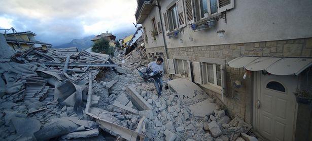 Von den meisten Häusern in Amatrice sind nur Trümmer geblieben. Dutzende Menschen könnten noch unter dem Schutt begraben sein. / Bild: (c) APA/AFP/FILIPPO MONTEFORTE