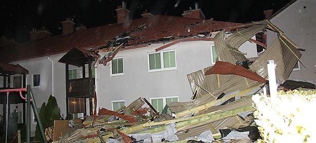 Das Dach eines Laufhauses in der Gemeinde Traiskirchen (Bezirk Baden) war abgedeckt, und gegen ein Reihenhaus geschleudert worden. / Bild: APA/FF MOELLERSDORF