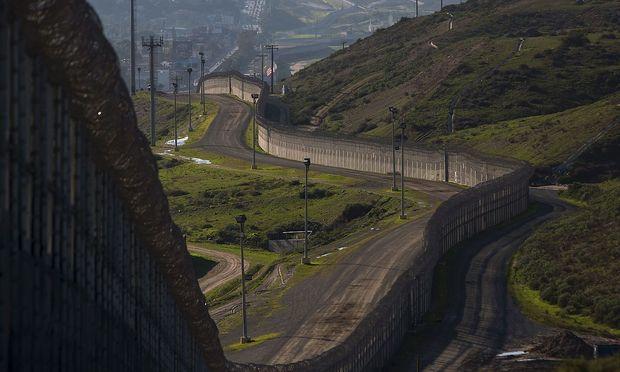 In weiten Teile der mexikanisch-US-amerikanischen Grenze steht bereits eine massive Grenzvorrichtung.