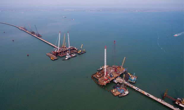 Die 19 Kilometer lange Brücke von der Krim zum Festland ist im Bau.