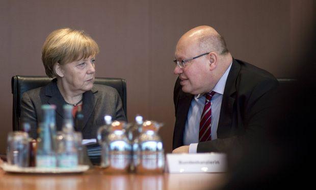 Die deutsche Kanzlerin Angela Merkel mit dem Chef des Kanzleramts Peter Altmaier.