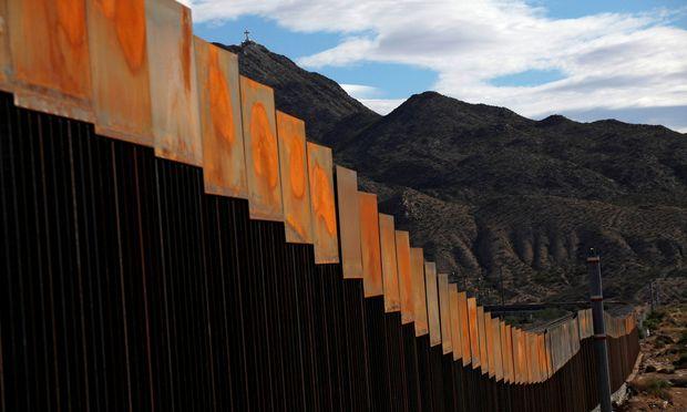 Die bestehende Grenzmauer nahe Sunland Park